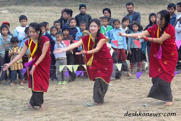 भाेजपुरकाे चम्पे गाविसमा अायाेजित एक कार्यक्रममा नृत्य प्रस्तुत गर्दे कलाकार । तस्बिर : देशकाेन्युज